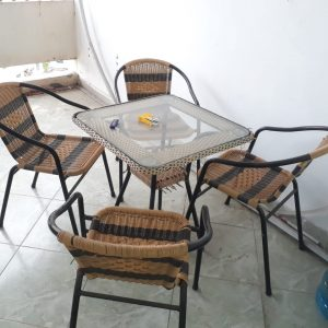 ban-ghe-nhua-gia-may-cafe